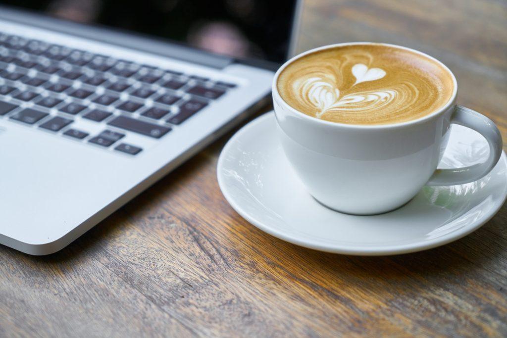 Ноутбук и кофе