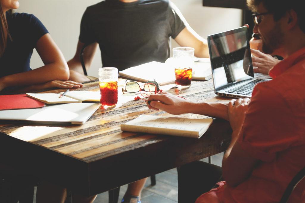 Встреча людей в кафе для обсуждения проекта